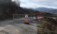 MOTI I KEQ/ Rrëshqitje dherash në rrugën Skuraj-Burrel, asfalti çahet në mes. Rrezik për aksidente