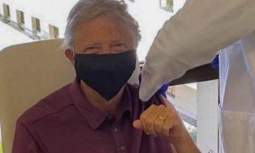 """""""NDIHEM PËR MREKULLI""""/ Bill Gates merr dozën e parë të vaksinës kundër COVID-19"""