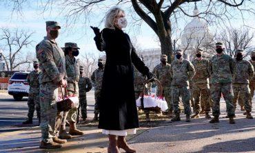 INAGURIMI/ Biden iu kërkon falje ushtarëve që fjetën në parkingje, Zonja e Parë iu dërgon...