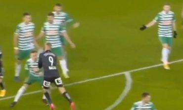 EPISOD I DYSHIMTË/ Bekim Balaj mori karton të kuq pas 4 minutash lojë, trajneri i tij bën gjestin e madh (VIDEO)