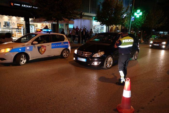 PA HAJDUTËT QË PO VIDHNIN DYQANIN E CELULARËVE/ Polici në Fier përleshet me autorët, në ikje ata e përplasin me makinë (DETAJE)