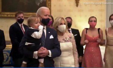 PAS INAGURIMIT TË BIDEN SI PRESIDENT/ Vëmendjen e gjithë botës e merr nipi i vogël që kërcen në krahët e tij (VIDEO)