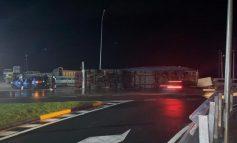 AKSIDENT NË TEPELENË/ Kamioni batohet në rrugë, dëmtohet shoferi dhe...