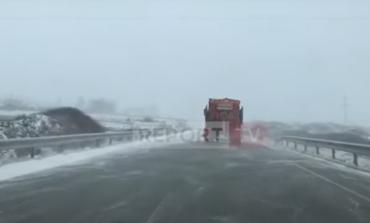 DËBORË DHE ERË E FUQISHME/ Bien temperaturat nën 0 në Bulqizë dhe Kukës (VIDEO)