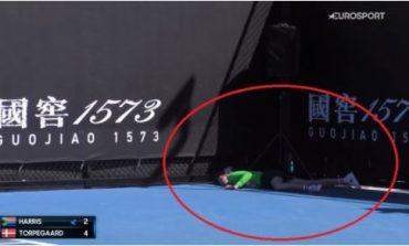 """MOMENTE PANIKU/ Djaloshi që mbledh topat e tenisit bie pa ndjenja në turneun """"Australian Open"""" (VIDEO)"""