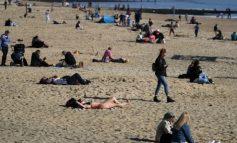 NUK PYESIN PËR COVID-19/ Pa rritjes së temperaturave, britanikët i drejtohen plazhit (PAMJET)