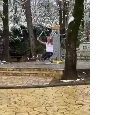Dëborë dhe temperatura minus në Tiranë, por ja çfarë bën ky qytetar tek Liqeni