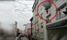 PAMJET TMERRUESE/ Zjarri kaplon apartamentin në Turqi, shihni se si nëna i hedh nga dritarja katër fëmijët (VIDEO)