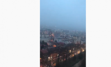 MOTI I ACARTË NË VEND/ Nisin reshjet e para të dëborës në Tiranë (VIDEO)