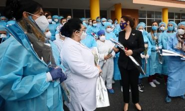 8-MARSI/  Manastirliu uron mjeket dhe infermieret e 'Shefqet Ndroqit': Gratë janë kolona e sistemit tonë shëndetësor