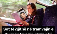 """Sot në """"tramvajin"""" e Tiranës, po lexohej libri i... Lulzim Bashës!"""