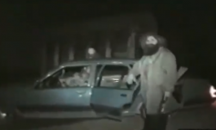 PAMJET E RRALLA/ Momenti kur Adem Jashari niset për në luftë, e përcjell e ëma (VIDEO)