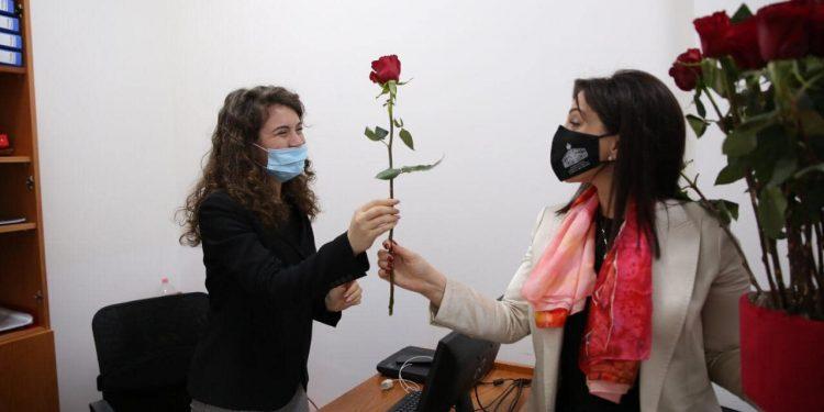 8 MARSI/ Ministrja Evis Kushi bën gjestin e veçantë, dhuron lule për gratë e vajzat e MASR