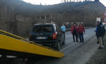 AKSIDENTI NË AKSIN LIBRAZHD-ELBASAN/ Makina del nga rruga, shoferi hidhet jashtë para rrokullisjes në përrua