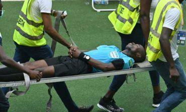 MOMENTE TMERRI/ Gjyqtari bie pa ndjenja në fushë gjatë ndeshjes, transportohet me urgjencë në spital (VIDEO)
