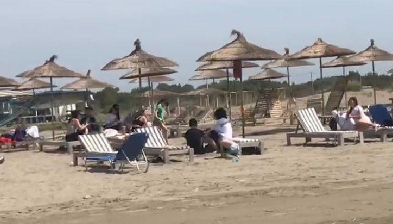 DIELL DHE TEMPERATURA TË LARTA/ Qytetarët në Fier përfitojnë nga koha e mirë,  nisin plazhin në pranverë