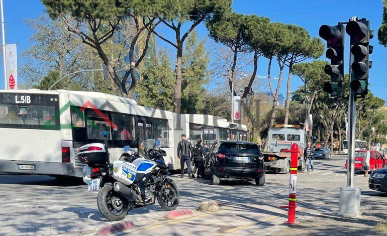 """PAMJET/ Aksident në Tiranë, """"Range Rover"""" PËRPLASET me """"Volswagen"""". Qytetarët…"""
