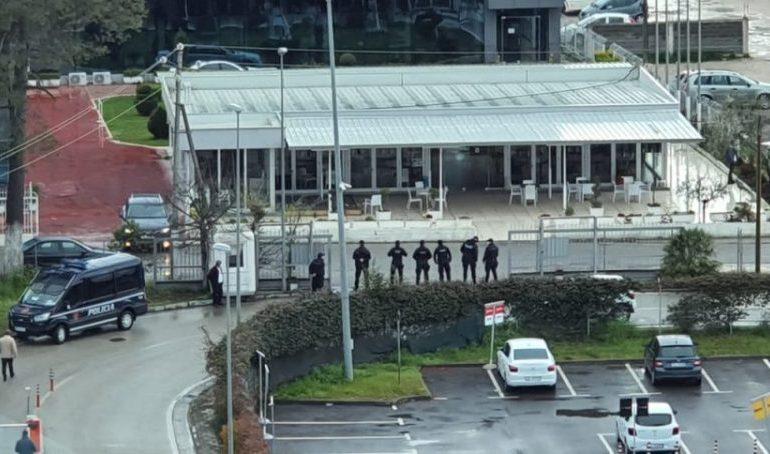 PEZULLIMI I FLUTURIMEVE/ Kush janë kontrollorët, që kanë marrë peng Aeroportin e Rinasit (EMRAT)
