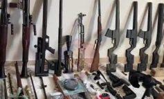 NGA ANTI-TANKET, TEK SNAJPERAT E KALLASHNIKOVËT/ Brenda depos me qindra armë të sofistikuara në mes të Tiranës (VIDEO)