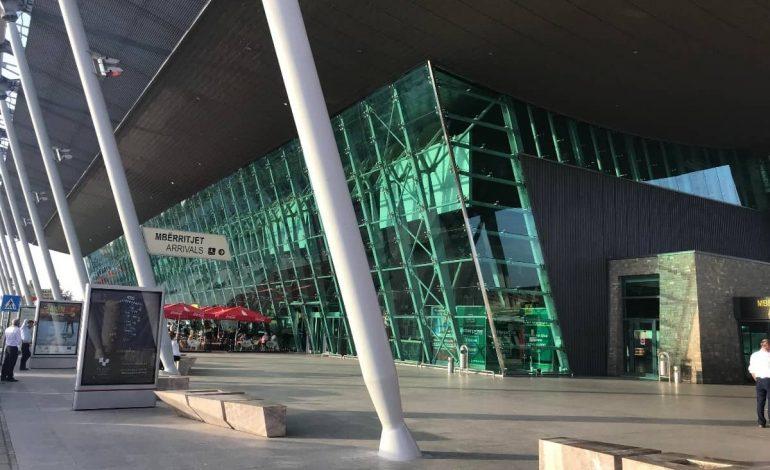 E TRISHTË/ Kontrollorët bllokuan aeroportin e Rinasit, qytetarja nuk sjell dot trupin e së ëmës në Shqipëri