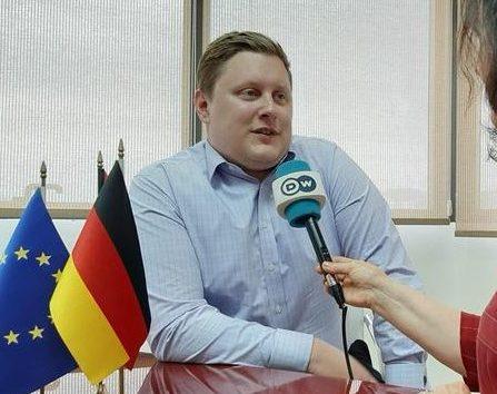 HUMBJA E 25 PRILLIT/ Zyrtari gjerman: PD-së i duhet ajër i pastër, ide e qëndrime të reja