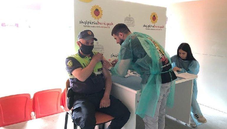 KORONAVIRUSI/ Punonjësit e policisë marrin sot dozën e dytë të vaksinës kundër COVID-19