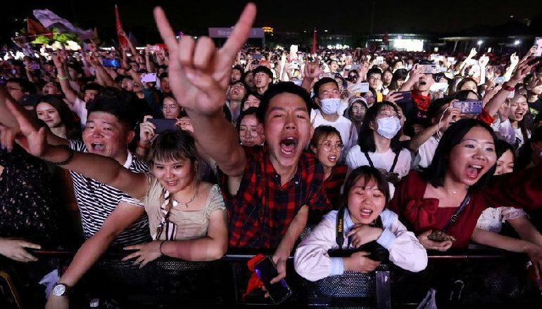 PA MASKË DHE PA DISTANCË/ Mijëra të rinj bëhen pjesë e festivalit muzikor në  Wuhan