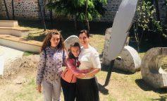 EVIS KUSHI KALON FUNDJAVËN ME VAJZAT/ Vizitojnë së bashku Mësonjëtoren e Parë Shqipe në Korçë (FOTOT)