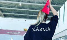 """""""LE TË FILLOJË...""""'/ Me flamurin shqiptar në dorë, Anxhela Peristeri niset drejt Holandës për në """"Eurovision"""" (FOTO)"""