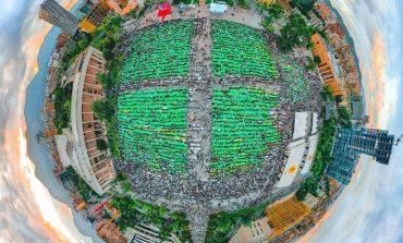 """SUPER PAMJET NGA SHESHI """"SKËNDËRBEJ""""/ Mijëra besimtarë mblidhen për faljen e namazit (VIDEO)"""