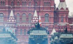 PUTIN TREGON FUQINË/ 200 makina ushtarake në sheshin e kuq të Moskës, qielli mbushet...