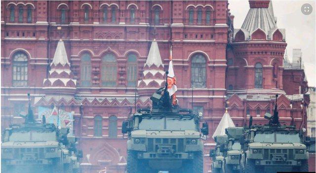 PUTIN TREGON FUQINË/ 200 makina ushtarake në sheshin e kuq të Moskës, qielli mbushet…