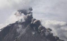 PAS 400 VITESH QETËSI/ Shpërthen vullkani në Indonezi, qielli mbulohet nga shtëllunga të mëdha tymi (VIDEO)