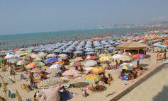 SEZONI/ Fluks turistësh në plazhin e Durrësit, interes edhe për parkun e Divjakës