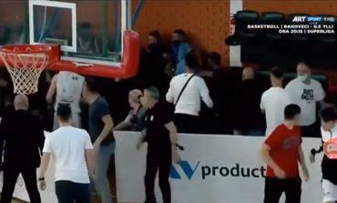 SKANDAL/ Plas sherri masiv në ndeshjen e basketbollit. Lojtarët dhe drejtuesit nuk përmbahen (VIDEO)