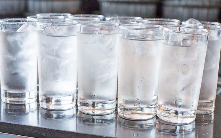 VËMËNDJE/ Këto janë shenjat që jep organizmi kur pini më shumë ujë nga sa kërkon trupi