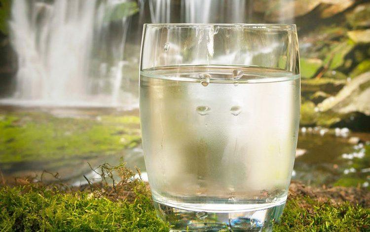 NGA MËNGJESI DERI NË DARKË/ Ja sa gota me ujë duhet të pini