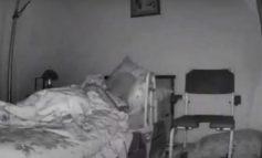 E MOSHUARA ISHTE NË GJUMË/ Momenti kur grabitësi futet në dhomën e saj, merr unaza dhe para (VIDEO)