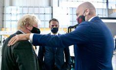 SAMITI I NATO-S/ Rama takim miqësor me kryeministrin britanik Boris Johnson, i hedh dorën mbi sup