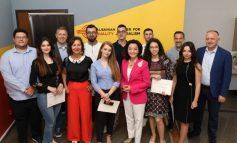 """""""KËRKONI TË...""""/ Yuri Kim mesazh gazetarëve: Ju mund ta bëni Shqipërinë një vend më të mirë"""