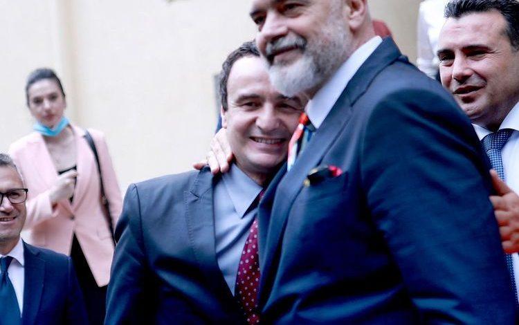 FOTOLAJM/ Momenti i PËRQAFIMIT mes Ramës dhe Kurtit në Samit