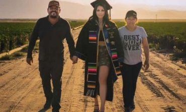 """""""BABAI E KISHTE ËNDËRR""""/ Studentja bën fotot e diplomimit në fushën ku i punojnë prindërit"""