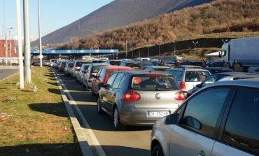 SEZONI TURISTIK NË SHQIPËRI/ Plot 16 mijë shtetas kosovarë kalojnë pikat kufitare