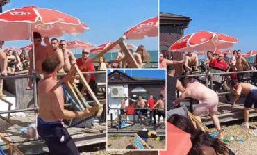 GRUSHTE DHE KARRIGE/ Sherr masiv në një nga plazhet më të frekuentuara të Anglisë (VIDEO)