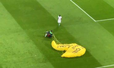 """E PAZAKONTË NË """"EURO 2020""""/ Parashutisti dështon në uljen e emergjencës dhe rrëzohet në fushë (VIDEO)"""