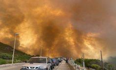 SHTËLLUNGA TË MËDHA TYMI NË AJËR/ Përfshihen nga flakët qindra hektarë pyje në Sardenja, evakuohen banorët