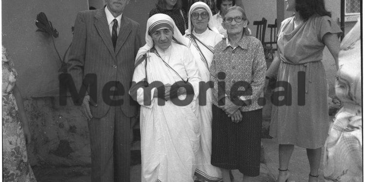 DOSSIER/ Dosja sekrete: Pas vizitës në Muzeun 'Enver Hoxha', Nënë Tereza kërkoi të takohej me shoqen Nexhmije dhe përgatiti…