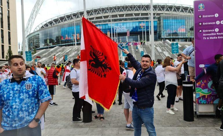 """FINALJA E """"EURO 2020″/ Shqiptari përshendet me FLAMURIN kombëtar nga """"Wembley"""""""