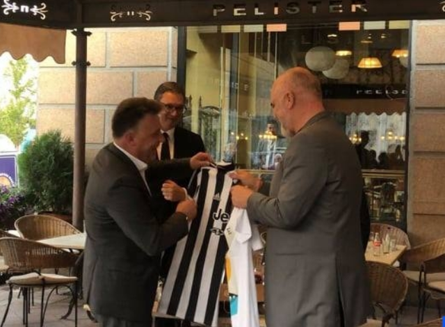 PAMJET/ Kryebashkiaku i Shkupit i bën qefin Ramës, ja çfarë i dhuroi