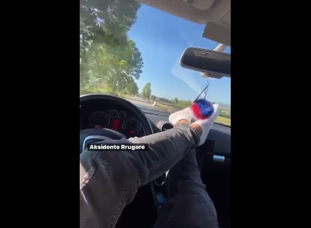 """ME KËMBË NË TIMON DHE MUZIKË/ Pas VIDEOS në TikTok, një tjetër shofer """"kamikaz"""" nuk pyet për rregullat rrugore"""